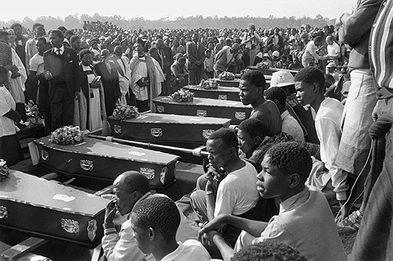 Gille de Vlieg, Coffins at the mass funeral held in KwaThema, Gauteng, July 23, 1985. © Gille de Vlieg.